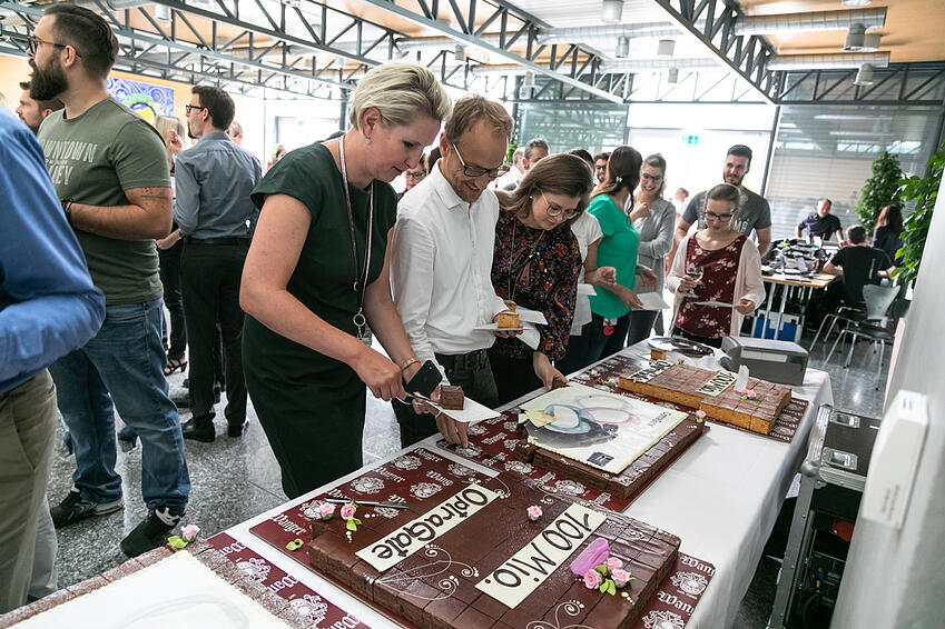 Cent millions d'OptraGates vendus - ce succès spectaculaire a été célébré fin juillet 2019 au siège d'Ivoclar Vivadent à Schaan (Liechtenstein).